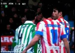 Enlace a GIF: Escupitajo a Diego Costa