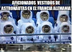 Enlace a Aficionados vestidos de astronautas en el Francia- Alemania