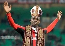 Enlace a Fans de Balotelli lo proponen como el Papa Negro