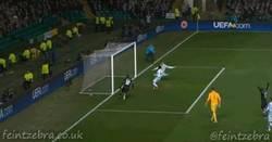 Enlace a GIF: ¿Salvas un gol en la línea? Sería una pena que alguien la metiera de rebote