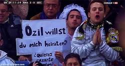 Enlace a GIF: Özil, ¿quieres casarte conmigo?