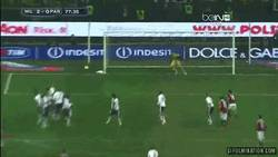 Enlace a GIF: Golazo de falta de Balotelli con el Milan