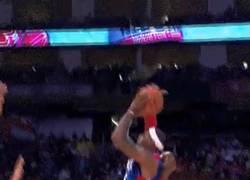 Enlace a GIF: El tapón decisivo de Kobe a LeBron