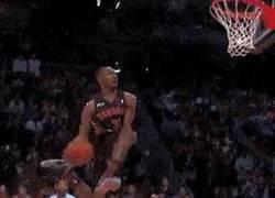 Enlace a GIF: Terrence Ross saltando sobre un niño para ganar el All Star