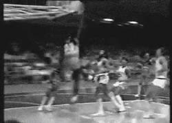 Enlace a GIF: Michael Jordan liándola