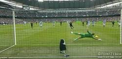 Enlace a GIF: Tras pararle un penalty a Ronaldinho, Hart se lo para a Lampard