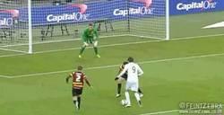 Enlace a GIF: Gran gol de Michu en la final de la copa inglesa