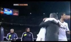 Enlace a GIF: Mou se vuelve loco con el gol de Varane