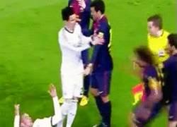 Enlace a GIF: Pepe se acojona cuando ve a Puyol