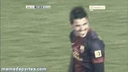 Enlace a GIF: ¡EXCLUSIVA PUNTO PELOTA! Villa le echa un mal de ojo a Messi tras marcar su gol