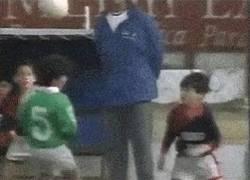 Enlace a GIF: Messi ya prometía desde que no alzaba ni un palmo del suelo