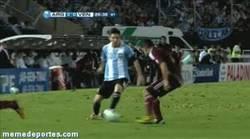 Enlace a GIF: Caño de Messi a Tomas Rincón, como el que no quiere