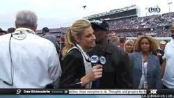 Enlace a GIF: 50 Cent intentando ligar en la Nascar