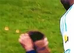 Enlace a GIF: David Beckham con clase hasta para las trifulcas