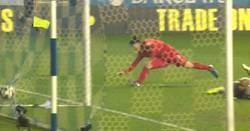 Enlace a GIF: Y así celebra Suarez el Pichichi de la Premier