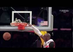 Enlace a VÍDEO: Espectacular mate de Kobe Bryant sobre Josh Smith
