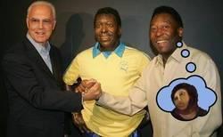 Enlace a Así se ve Pelé reflejado en su estatua
