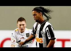 Enlace a La magia de Ronaldinho no se acaba, dos pases tremendos sin mirar y un penalty