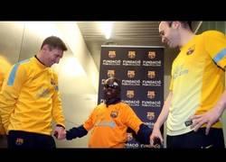 Enlace a VÍDEO: Niño ciego conoce a los jugadores del Barça con solo tocarlos
