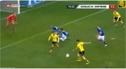 Enlace a GIF: Pelotazo de Lewandowski a las pelotas de Götze