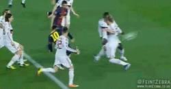 Enlace a GIF: El golazo de Messi que devuelve la ilusión al Barça
