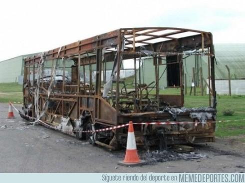 98386 - Así ha quedado el autobús del Milan