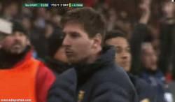 Enlace a GIF: Messi tras ver cómo acaba el partido