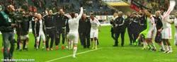 Enlace a GIF: Ribéry animando la fiesta con un megáfono tras ganar la liga
