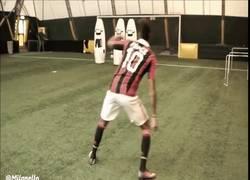Enlace a GIF: Kevin Prince Boateng chuta una falta de rabona por la escuadra