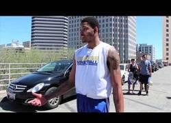 Enlace a VÍDEO: Los Warriors llenan el coche de Kent Bazemore de palomitas