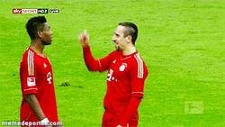 Enlace a GIF: Trolleada de Ribery a Alaba