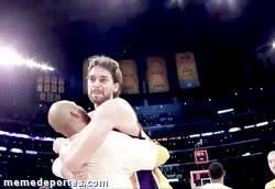 Enlace a GIF: ¡Se lesionó Kobe! ¡Podremos lanzar a canasta!