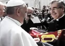 Enlace a GIF: El Papa recibiendo la camiseta de D10S