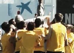 Enlace a GIF: Los jugadores del Barça despidiendo al chófer del bus que se retira
