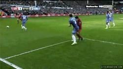Enlace a GIF: Suárez mordiendo a Ivanovic
