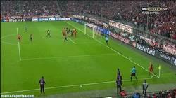 Enlace a GIF: Segundo gol del Bayern cortesía de Mario Gómez ¿Fuera de juego?