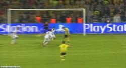 Enlace a GIF: Golazo de Lewandowski, un señor hat trick