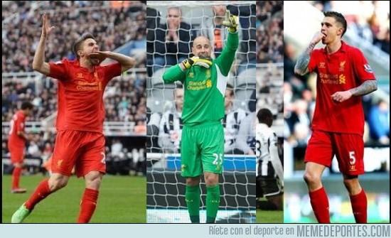 123005 - Los jugadores del Liverpool dedicándole la victoria a Luis Suárez