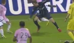 Enlace a GIF: Brutal entrada de Beckham que le costó la expulsión