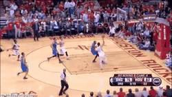 Enlace a GIF: Mate de Carlos Delfino en la cara de Durant