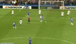 Enlace a GIF: Golazo de David Luiz al Basilea