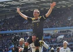 Enlace a Cech llevando a hombros al eterno Lampard