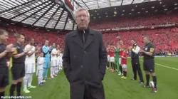 Enlace a GIF: Todos en pie. Pasillo de honor a Sir Alex Ferguson