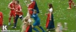 Enlace a GIF: Neuer no sabe tratar a las mujeres