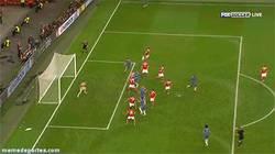 Enlace a GIF: El gol de Ivanovic que da la Europa League al Chelsea