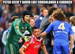 Enlace a Peter Cech y David Luiz consolando a Cardozo