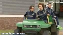 Enlace a GIF: David Luiz conduciendo a lo loco #guiñoalmadrid