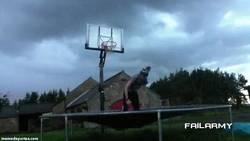 Enlace a GIF: Impresionante canasta acrobática