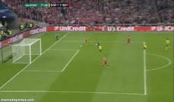 Enlace a GIF: Subotic salva sobre la línea de gol