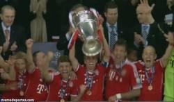 Enlace a GIF: Y así acaba la noche mágica de Champions, el Bayern de Munich levantando la orejona
